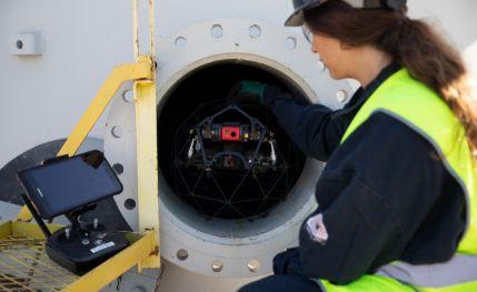 Drohne wird in Rohr platziert